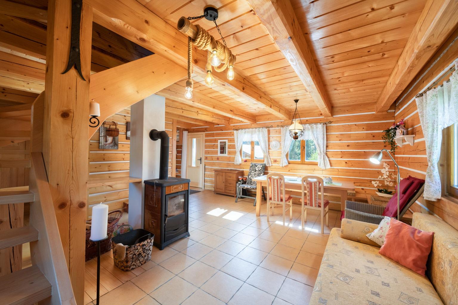 Roubená chaty interiér
